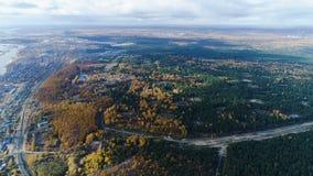 Forêt de vue aérienne avec les clairières notées à la ville sur la banque de lac banque de vidéos