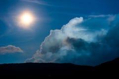 Forêt en silhouette avec le ciel nocturne étoilé et la pleine lune Image libre de droits