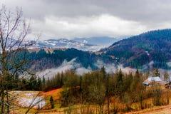 Forêt et nuages de montagne Photographie stock libre de droits