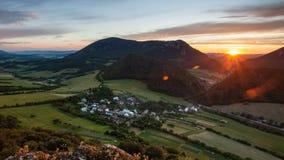 Forêt - montagne au laps de temps de coucher du soleil clips vidéos