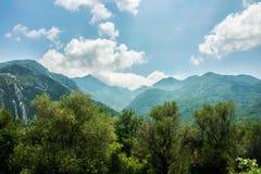 Forêt, montagnes et nuages de campagne images stock