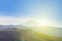 Forêt, paysage de montagne - ciel bleu Image stock