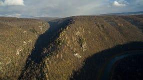 Forêt, roche, montagne et rivière d'Ural Silhouette d'homme se recroquevillant d'affaires Image libre de droits