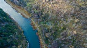 Forêt, roche, montagne et rivière d'Ural Silhouette d'homme se recroquevillant d'affaires Photographie stock libre de droits