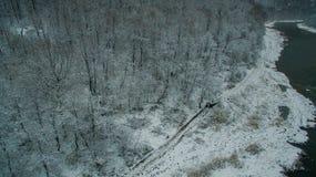 Forêt, roche, montagne et rivière d'Ural Silhouette d'homme se recroquevillant d'affaires Images stock