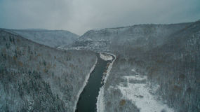 Forêt, roche, montagne et rivière d'Ural Silhouette d'homme se recroquevillant d'affaires Photographie stock