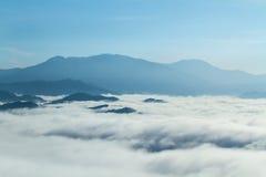 Forêt tropicale dans le paysage de vallée de montagne de matin au-dessus de la brume, sur le point de vue Khao Kai Nui, Phang Nga Photographie stock