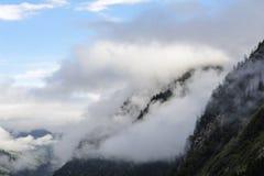 Forêts de brouillard au-dessus de Kaprun images stock