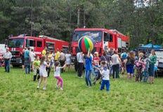 Fora atividade das crianças - jogando com bola colorida Imagens de Stock