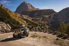 Fora da aventura da estrada na estrada perigosa da montanha imagens de stock royalty free