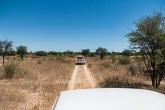 Fora da condução de veículos da estrada em uma trilha do deserto da sujeira imagens de stock