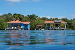 Fora da grade sobre bungalows da água com painéis solares Fotos de Stock Royalty Free