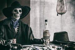 Fora da lei ocidental idoso do esqueleto do pôquer Fotografia de Stock