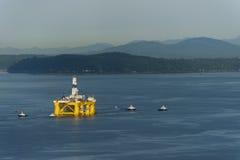 Fora da plataforma petrolífera da costa Fotografia de Stock