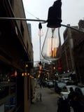 Fora das lâmpadas de pendente do filamento no fio imagem de stock royalty free