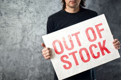 Fora de estoque assine dentro as mãos do empregado do armazenamento Fotografia de Stock Royalty Free