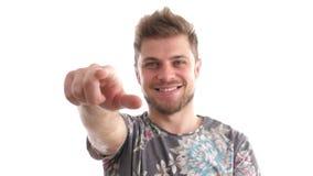 Fora de foco ao foco no homem aponta-lhe com seu dedo vídeos de arquivo