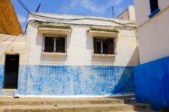 Fora de um apartamento acolhedor e colorido, Marrocos fotos de stock