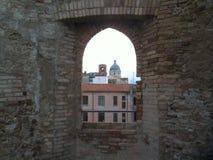 Fora do castelo Atr?s da igreja imagem de stock royalty free