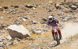 Fora do piloto da bicicleta da sujeira da estrada com pena da poeira Fotos de Stock Royalty Free