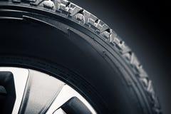 Fora do pneu e da liga da estrada foto de stock royalty free