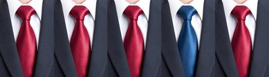 Fora do teste padrão ou da multidão com laço ou gravata Fotos de Stock Royalty Free
