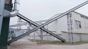 Fora, fábrica no processamento de colheitas de grão, tais como o milho, grão, girassol, grandes locais industriais do hangar m vídeos de arquivo