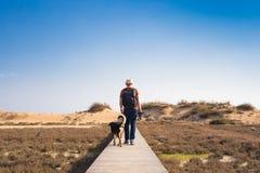 Fora imagem do estilo de vida do homem de viagem com cão bonito Conceito do turismo Imagem de Stock Royalty Free