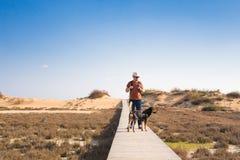 Fora imagem do estilo de vida do homem de viagem com cão bonito Conceito do turismo Foto de Stock Royalty Free