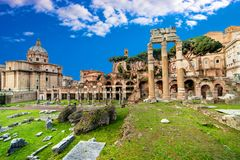 fora italy roman rome Rome forum på sommardagen med blått royaltyfria foton