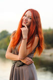 Fora retrato da jovem mulher bonita com cabelo vermelho Fotos de Stock