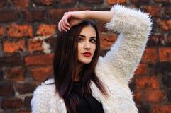 Fora retrato da jovem mulher bonita com olhos grandes e vermelho Fotos de Stock Royalty Free