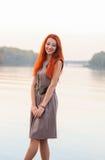 Fora retrato da mulher de sorriso bonita com cabelo vermelho, colo Fotos de Stock Royalty Free