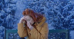 Fora retrato de frios doentes da jovem mulher, gripe, febre video estoque