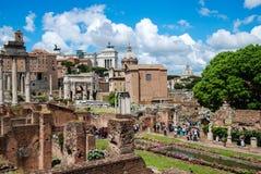 fora roman rome Sikt från huset av vestalen arkivbild