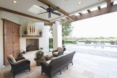 Fora sala ao lado da piscina Imagem de Stock Royalty Free