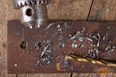 Forage avec une perceuse en m?tal Petit travail de serrurier dans l'atelier ? la maison photo stock