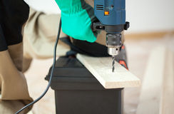 Forage dans la planche en bois photographie stock libre de droits