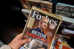 Forbes-tijdschrift met Jeff Bezos stock foto