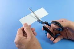 Forbici che tagliano documento Immagine Stock