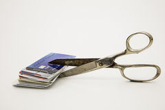 Forbici che tagliano le carte di credito di plastica che riducono debito Immagine Stock Libera da Diritti