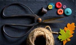 Forbici d'annata con un rotolo di cordicella Fotografia Stock