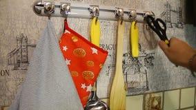 Forbici d'attaccatura della cucina sul gancio per la ferrovia di sostegno archivi video