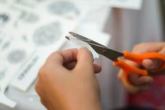 Forbici della maniglia che tagliano il Libro Bianco Fotografia Stock