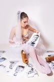 Forbici della sposa una foto che mostra lo sposo Fotografia Stock Libera da Diritti