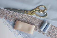 Forbici di cucito del filo dell'ago degli accessori che tagliano cucitura immagini stock libere da diritti