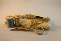 Forbici e filo dell'oro immagine stock