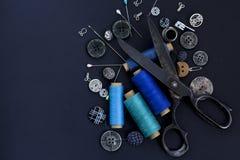 Forbici, filo e bottoni Adattamento gli strumenti e degli accessori Fotografia Stock