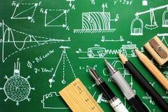 Forbici, matite, graffette, nota, cucitrice meccanica e notepa dei rifornimenti Immagini Stock Libere da Diritti