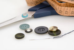 Forbici, nastro di misurazione e bottoni Fotografie Stock